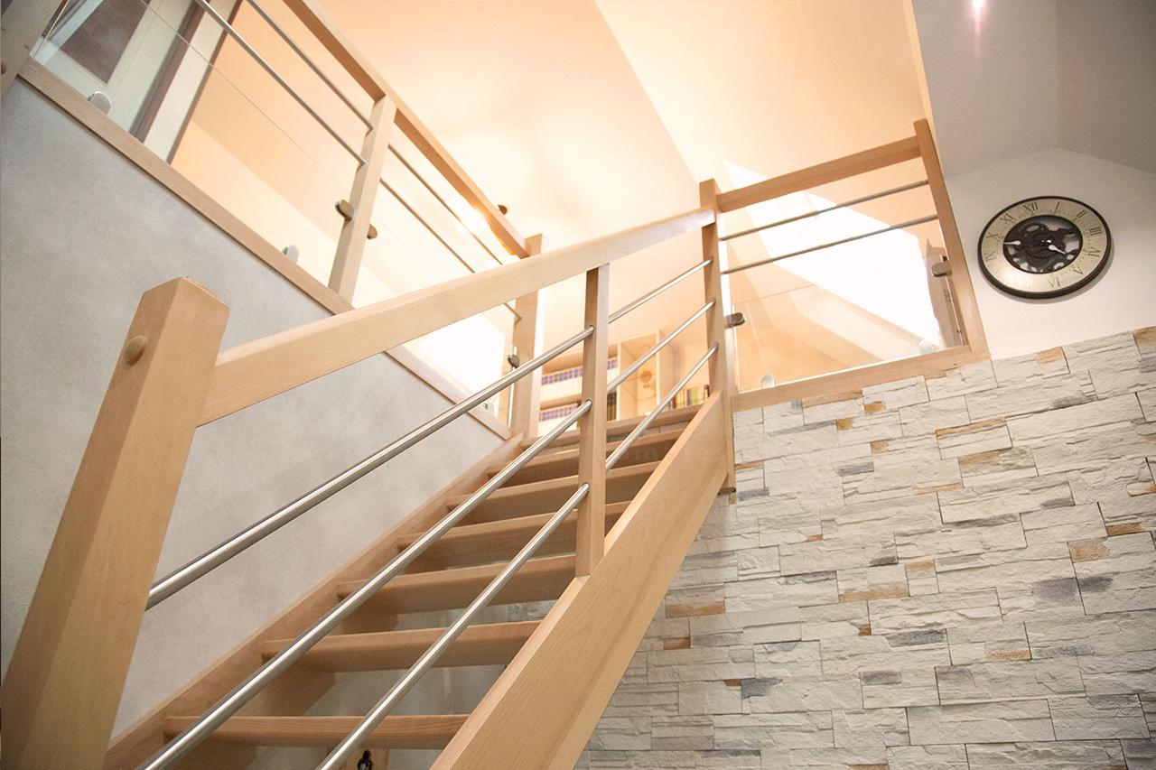 cette maison de l 39 eure s 39 offre une grande mezzanine sous comble. Black Bedroom Furniture Sets. Home Design Ideas